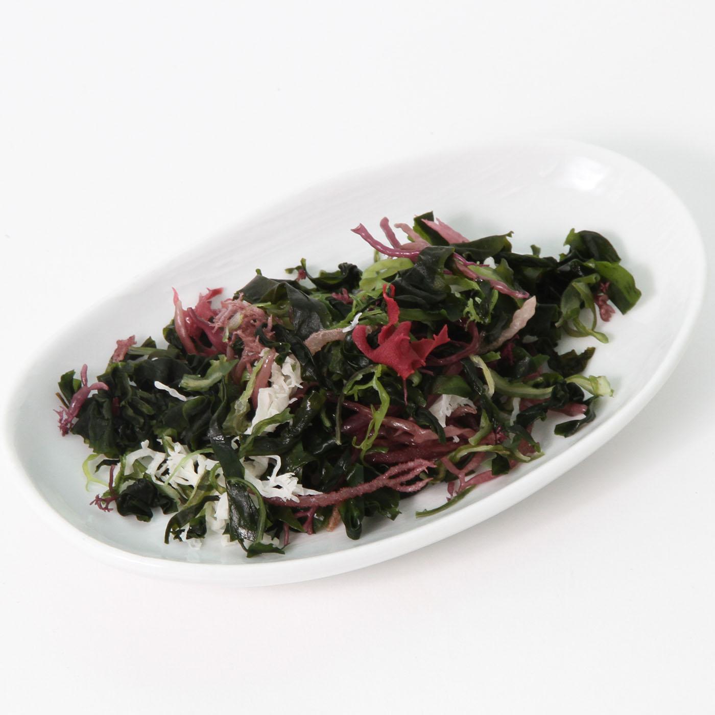 お皿に盛った海藻サラダ