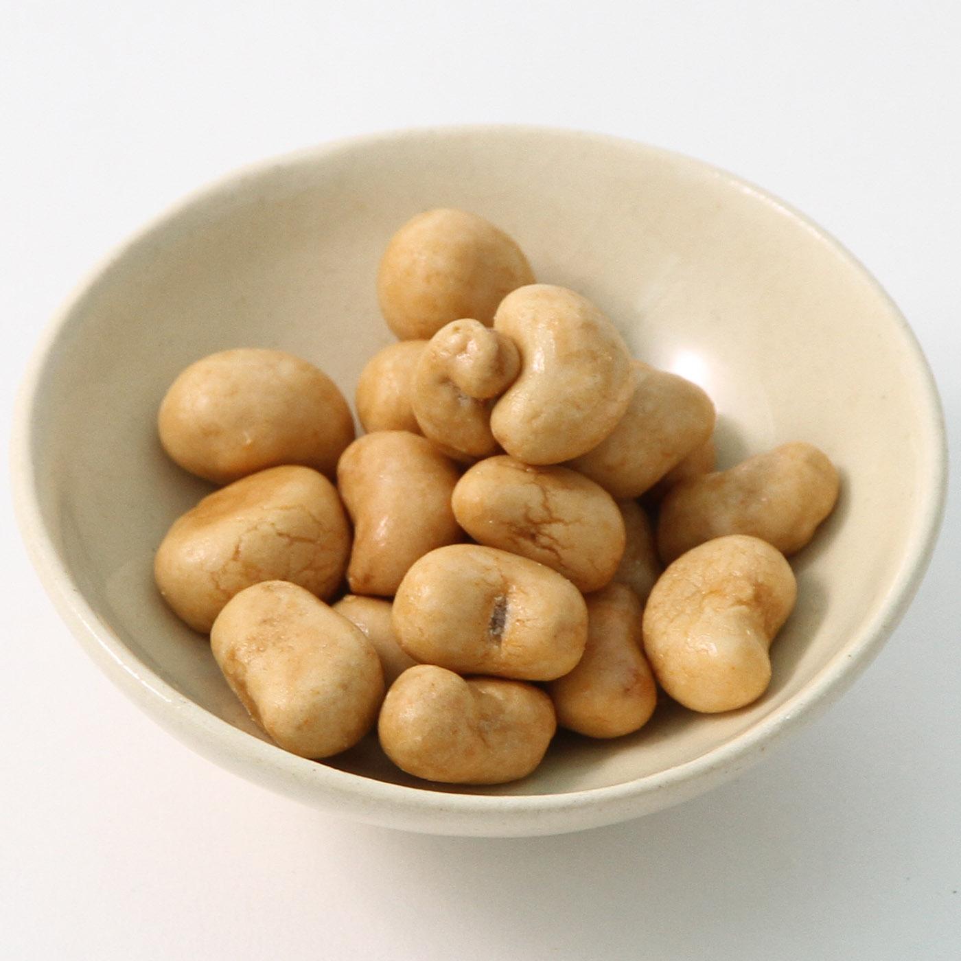 器に入れた焼カシューナッツ