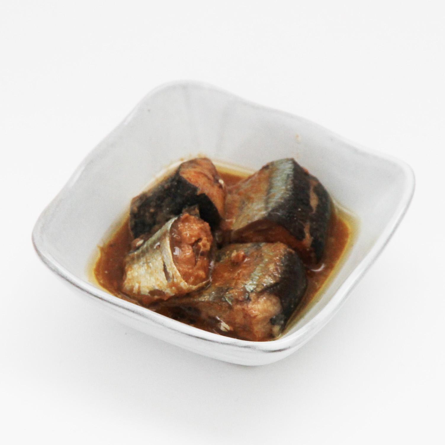 お皿にのせたさんま缶詰(味噌甘辛煮)