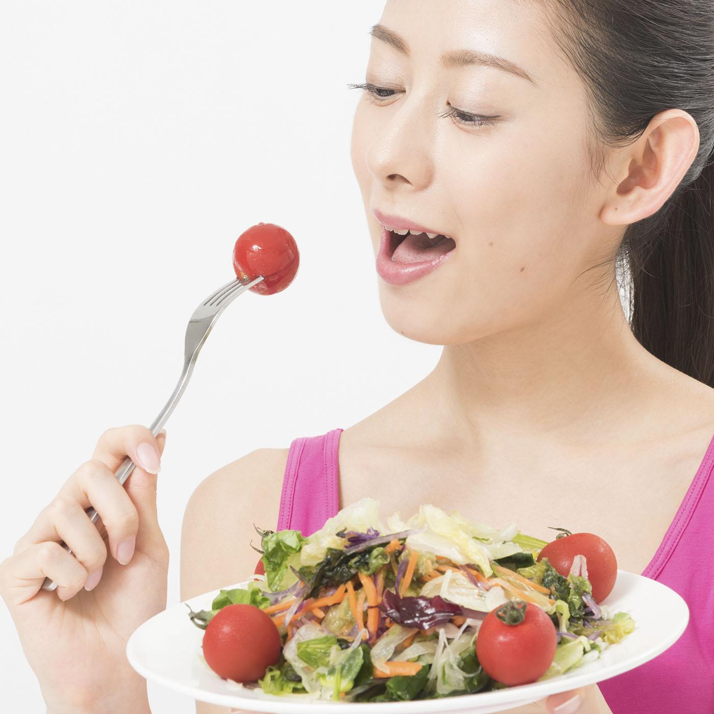 海藻サラダを食べる女性